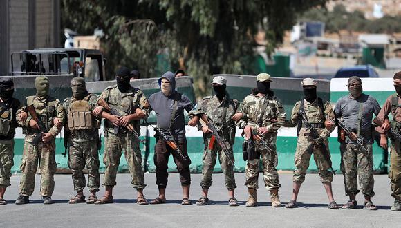 Los yihadistas de la exafiliada de Al Qaeda, Hayat Tahrir al-Sham, en imagen de setiembre de 2019. (Foto: AFP)