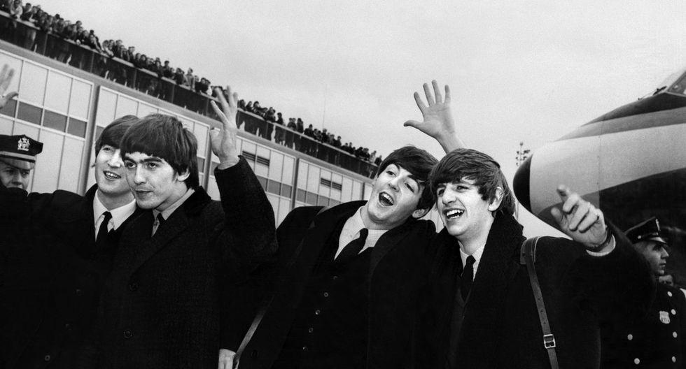 De izquierda a derecha, John Lennon, Ringo Starr, Paul McCartney y George Harrison, llegan al aeropuerto John F. Kennedy en Nueva York, Estados Unidos, donde son recibidos por una gran multitud el 7 de febrero. 1964. (Foto de AFP)
