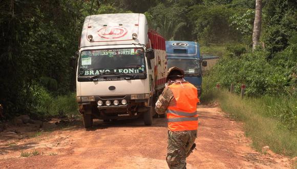 Autoridades peruanas autorizaron el tránsito de vehículos con alimentos en la frontera con Bolivia.