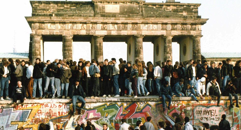 El 10 de noviembre de 1989, los residentes de Berlín oriental y occidental celebran la caída del muro. (Foto: Agencia)