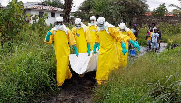 Imagen referencial. Enfermeras de la Cruz Roja se llevan un cuerpo sospechoso de estar infectado por el ébola. EFE/ Ahmed Jallanzo