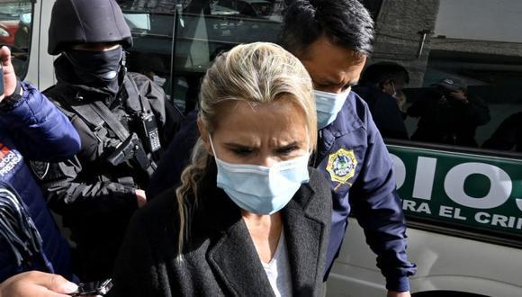 La expresidenta interina de Bolivia, Jeannine Anez (Centro), es escoltada por miembros de la policía de la Fuerza Especial contra el Crimen (FELCC) luego de ser arrestada en La Paz. (Foto: AFP / AIZAR RALDES).
