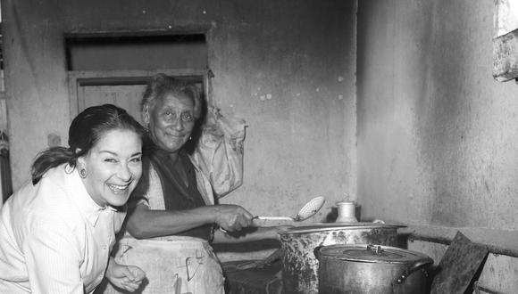 """LIM04. LIMA (PERÚ), 28/12/2016.- Fotografía de archivo del 20 de abril de 1968 de la compositora peruana Chabuca Granda (i) junto a Victoria Angulo (d), en quien se inspiró para componer """"La flor de la canela""""."""
