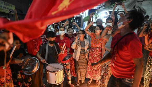 La gente participa en una protesta en la calle después de que aparecieran llamados en las redes sociales para protestar contra el golpe militar, en la ciudad de Yangon. (Foto de YE AUNG THU / AFP).