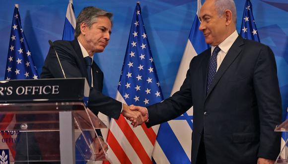 El primer ministro israelí, Benjamin Netanyahu (derecha), y el secretario de Estado estadounidense, Anthony Blinken, se dan la mano durante una conferencia de prensa conjunta en Jerusalén. (Foto de Menahem KAHANA / AFP).