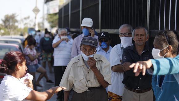El viceministro Percy Minaya indicó que se adelantará la inmunización a los adultos mayores, quienes estaban contemplados en la fase 2. (Foto: El Comercio)