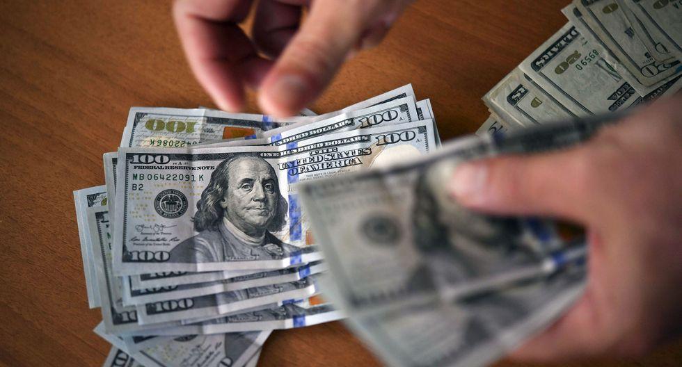 En el mercado paralelo o casas de cambio de Lima, el tipo de cambio se cotiza a S/3,430. (Foto: AFP)