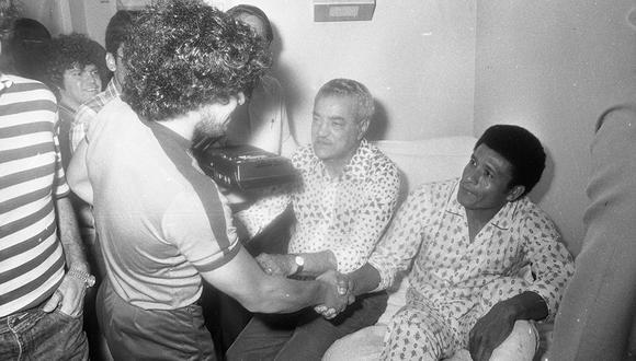 LIMA, 21 DE DICIEMBRE DE 1981  HÉCTOR CHUMPITAZ HOSPITALIZADO POR UNA LESIÓN EN LA PIERNA IZQUIERDA. RECIBE VISITAS DE AMIGOS Y FAMILIARES. VISITA DE DIEGO ARMANDO MARADONA, QUIEN ESTRECHA  LA MANO DEL GRAN CAPITÁN PERUANO. FOTO: GEC ARCHIVO HISTÓRICO