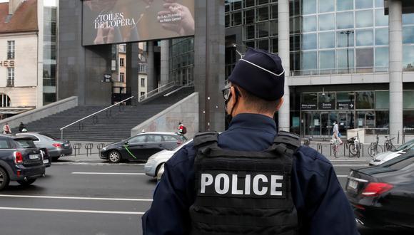 Un policía custodia la zona en la que Zaheer Hassan Mahmoud atacó a dos personas. (Foto: REUTERS/Gonzalo Fuentes)