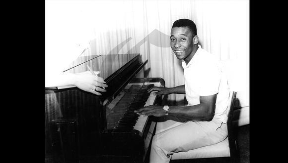 Un joven Pelé posa tocando el piano en el hotel Savoy, en el verano de 1964. Jugaba con el mejor Santos, campeón mundial de clubes. (Foto: Archivo Histórico El Comercio)