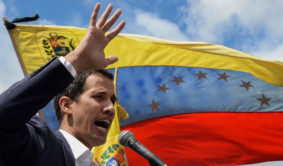 Juan Guaidó jura como presidente de Venezuela ante miles de opositores a Nicolás Maduro. (AFP, Federico Parra).