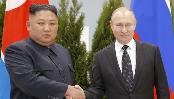 Kim Jong-un y Vladimir Putin se dan la mano en el campus de la Universidad Federal del Lejano Oriente, en el puerto de Vladivostok, en el extremo oriental de Rusia, el 25 de abril de 2019 (Foto: Alexander Zemlianichenko / POOL / AFP).