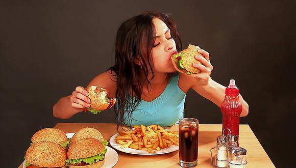Comida chatarra pueden generar enfermedades como obesidad, diabetes, hipertensión, lo que aumenta el riesgo que las personas desarrollen un mal pronóstico por COVID-19. (Foto: GEC/Internet)