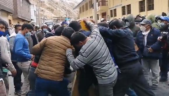 La Oroya: Pasajeros varados se enfrentan a manifestantes y retiran pesadas rocas para liberar vía (Foto: difusión)