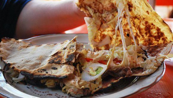 La tlayuda es un plato hecho a base de tortilla de maíz, típico del estado de Oaxaca, en México. (Foto: Wikimedia Commons)