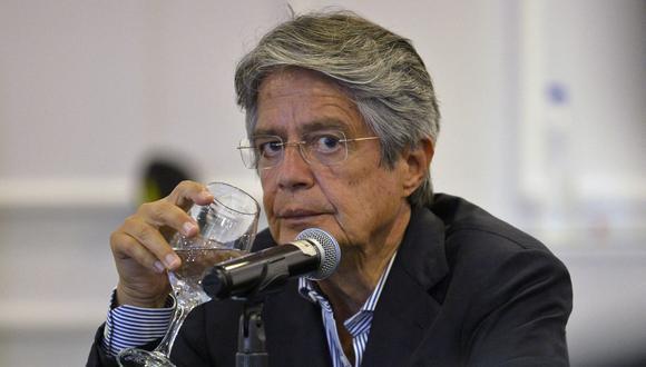 El presidente de Ecuador, Guillermo Lasso, observa durante una conferencia de prensa con la prensa extranjera en un hotel en Quito, el 12 de abril de 2021 (Rodrigo BUENDIA / AFP).