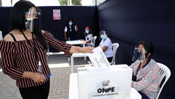 Como los comicios del 11 de abril fueron celebrados en medio de la pandemia del COVID-19, las autoridades establecieron protocolos de bioseguridad para evitar nuevos contagios (Foto: ONPE)