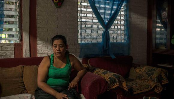 Rosa Ramírez, de 46 años, en su hogar en la zona de Altavista en el barrio salvadoreño de San Martín. Es la madre de Óscar Alberto Martínez Ramírez y abuela de Angie Valeria, quienes murieron en el río Bravo. (Daniele Volpe para The New York Times).