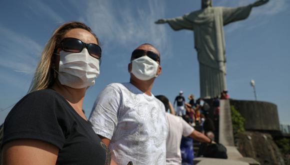 Los turistas disfrutan de una visita a la estatua del Cristo Redentor, en el Cerro Corcovado, en Río de Janeiro, Brasil, el 15 de agosto de 2020. (FABIO MOTTA / AFP).