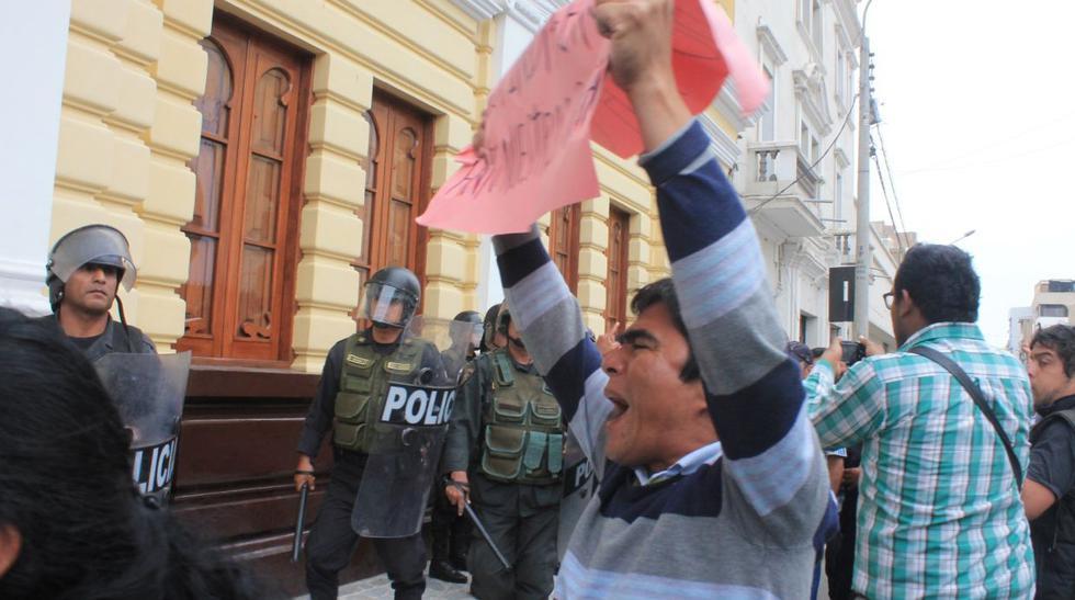Con lacrimógenas botan a trabajadores municipales de Chiclayo - 2