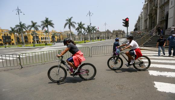 Ni los ciclistas pueden cruzar la Plaza de Armas de Lima.   Fotos: Fernando Sangama.
