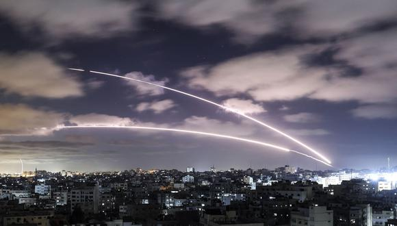 Lanzamiento de cohetes hacia Israel desde la ciudad de Gaza, controlada por el movimiento palestino Hamas, el 18 de mayo de 2021. (Foto de MAHMUD HAMS / AFP).