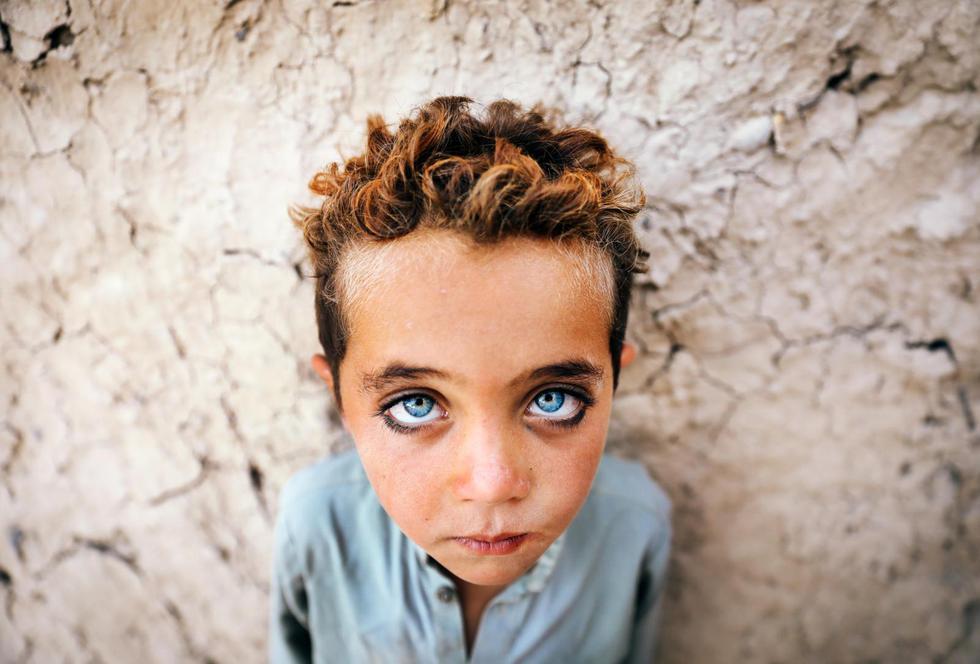 Un niño afgano llamado Montazer, de cuatro años, posa para una fotografía mientras trabaja en un horno de ladrillos, en las afueras de Kabul, en Afganistán. (Foto: EFE)
