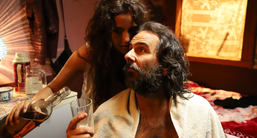 La 'Chica Dinamita' (Melania Urbina) recibe como un rey a Django (Giovanni Ciccia). (Foto: La Soga)
