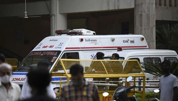 Se ve una ambulancia dentro del tribunal de Rohini en Nueva Delhi el 24 de septiembre de 2021, luego de que un famoso gángster indio fuera asesinado por hombres armados vestidos de abogados en un sangriento tiroteo que se dio en una sala de audiencias donde murieron tres personas, informaron medios locales. (Foto: AFP)