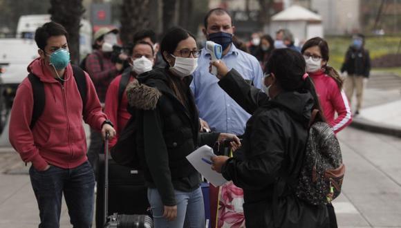 Los viajeros hicieron una larga cola en el parque Alfredo Salazar en Miraflores. Como medida de precaución por el coronavirus, se les tomó la temperatura antes de que aborden los buses que los trasladarían hasta el terminal de la Fuerza Aérea (Foto: Leandro Britto/ El Comercio)