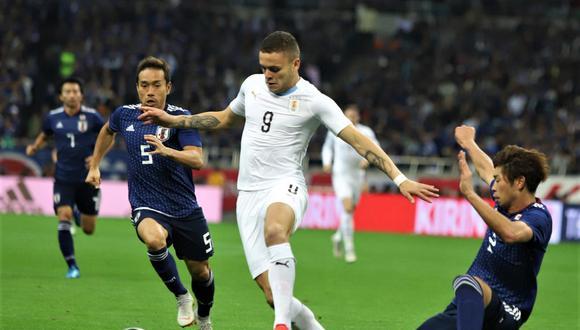 Jonathan Rodríguez se encargó de recortar distancias ante Japón con un notable disparo. Uruguay, a nivel defensivo, exhibió unas falencias asombrosas. (Foto: AFP)