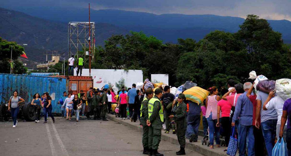 El gobierno de Colombia responsabilizó a Maduro por los riesgos de colapso del puente debido al sobrepeso generado por los contenedores y el tránsito de personas. (Foto: Reuters)