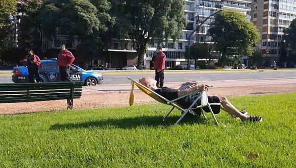 La mujer, identificada solo como Sara, sacó una silla de sol y se ubicó en una zona verde de Palermo (Argentina), pese al confinamiento decretado en el país. (Foto: Todo Noticias/Captura)