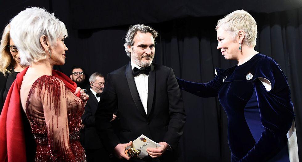 """Joaquin Phoenix, Jane Fonda y Olivia Colman en el backstage del Oscar 2020, luego de salir a recibir su premio como Mejor actor por """"Joker""""."""