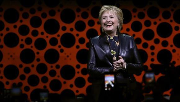 Hillary Clinton reaparece en público y ataca a Donald Trump
