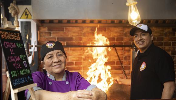 Rosana Espíritu es doña Pochita, la gran anticuchera de Lince que hoy trabaja mano a mano con su hijo, Joselo Vivas Espíritu, cocinero que ha tomado la posta en la parrilla. (Foto: José Rojas Bashe)