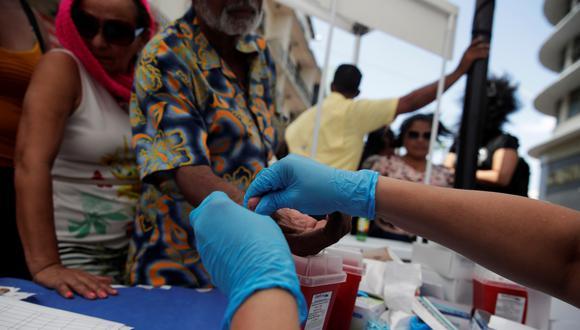 Según las autoridades sanitarias, [el médico] inyectaba medicamentos con una sola jeringuilla. (Foto: EFE)
