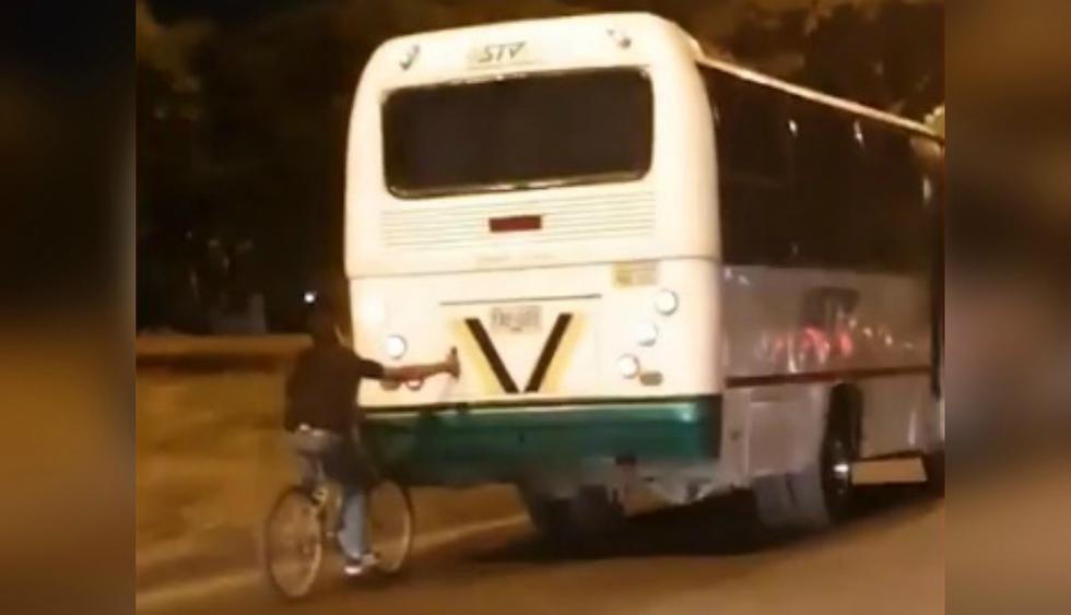 Se hizo tendencia en YouTube el imprudente acto de un joven ciclista que terminó cayendo al piso de forma estrepitosa. (Foto: Captura)