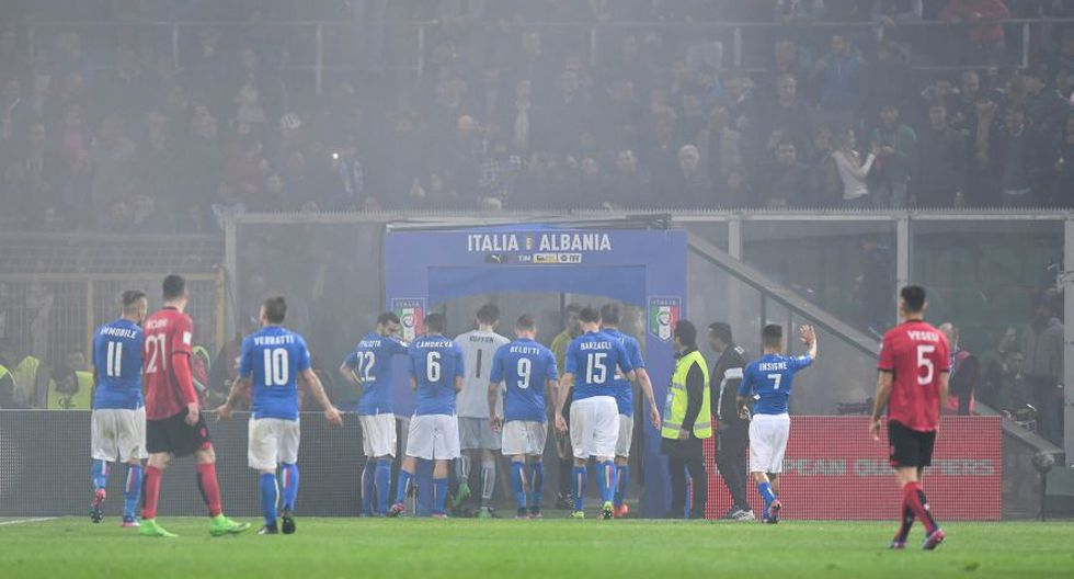 Italia-Albania vivió tenso momento por lanzamiento de bengalas - 13