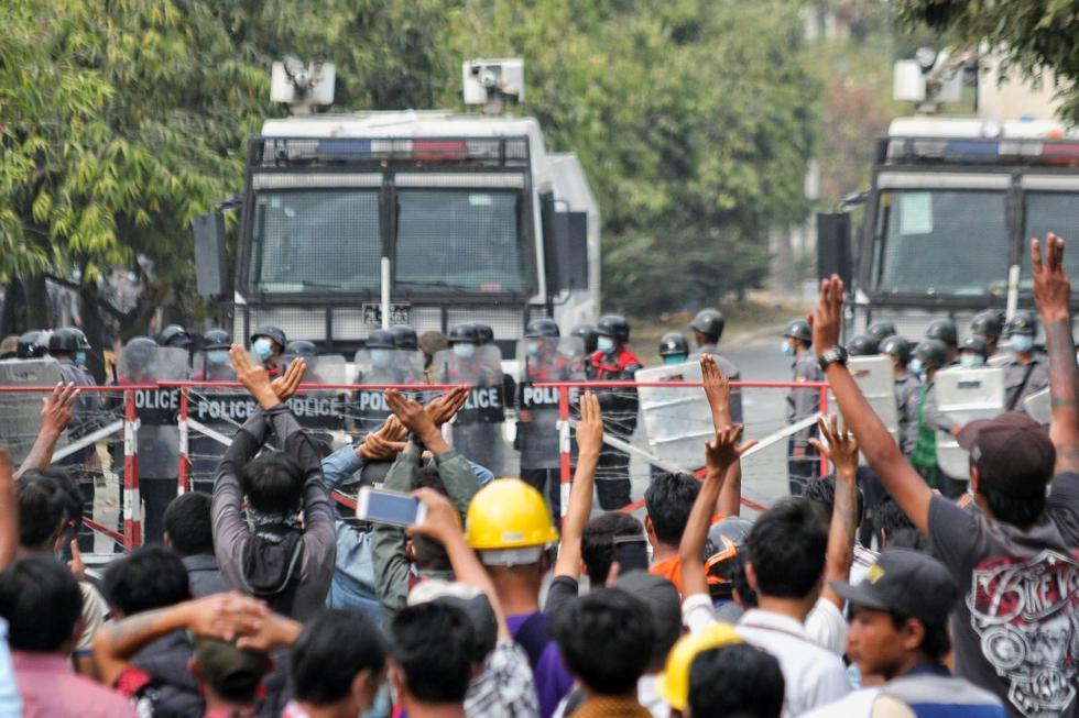 Al menos dos personas murieron este sábado por disparos de la policía en Mandalay, la segunda ciudad de Myanmar, durante una protesta contra la junta militar que tomó el poder en un golpe de Estado el pasado 1 de febrero, con lo que ya asciende a tres el número de víctimas mortales por la represión desde la asonada. (Texto: EFE / Foto: Reuters).