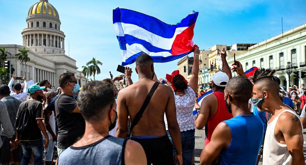 Cubanos reunidos en los exteriores del Capitolio de La Habana durante la reciente manifestación del domingo 11.  (YAMIL LAGE / AFP).