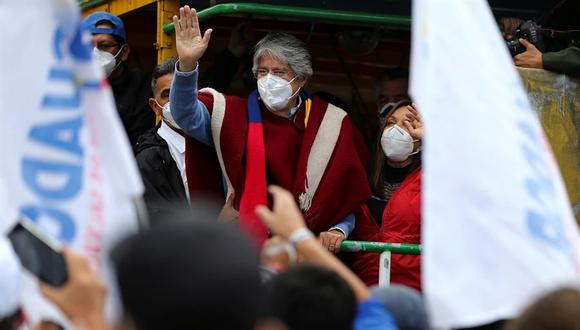 El candidato a la presidencia de Ecuador Guillermo Lasso, junto a su esposa María de Lourdes, participan en una caravana con simpatizantes como parte del cierre de campaña en Quito. (EFE/José Jácome).