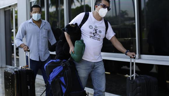 El editor del periódico salvadoreño El Faro, el periodista mexicano Daniel Lizárraga, llega al aeropuerto internacional San Óscar Arnulfo Romero para abandonar El Salvador. (EFE/Rodrigo Sura).
