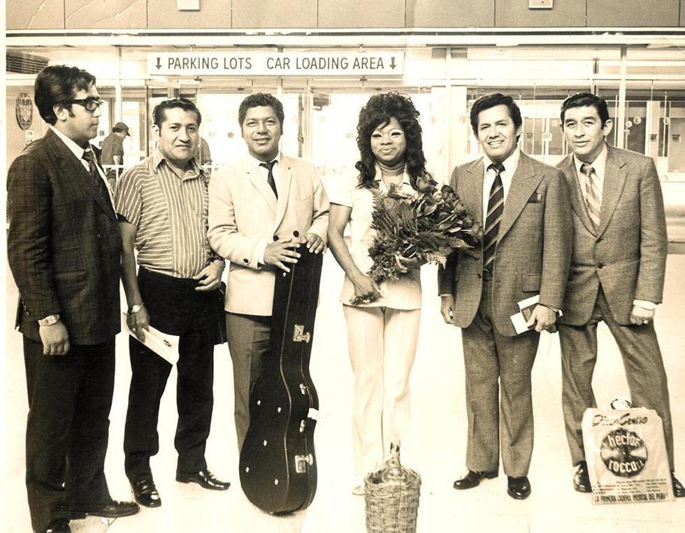 """Con su peluca de cabello ondulado, Lucha siempre reflejaba elegancia. (Foto: FacebookFacebook Lucha Reyes """"La Morena de Oro del Perú"""")"""