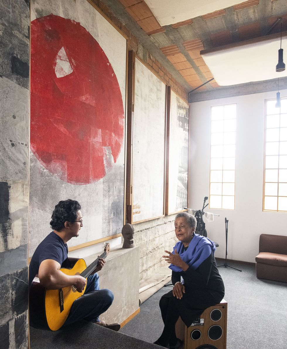 DISCÍPULO. Jonathan Mendoza (28) fue parte de un proyecto de Susana con la orquesta creativa de jóvenes de Noruega. Desde entonces, es parte integrante y fundamental de la escuela de experimentación de la artista en Cañete.