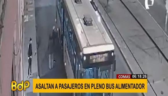 Los hampones aprovecharon que el bus se estacionó a fin de dejar pasajeros para ingresar por la puerta trasera y robar. (Foto: captura de video)