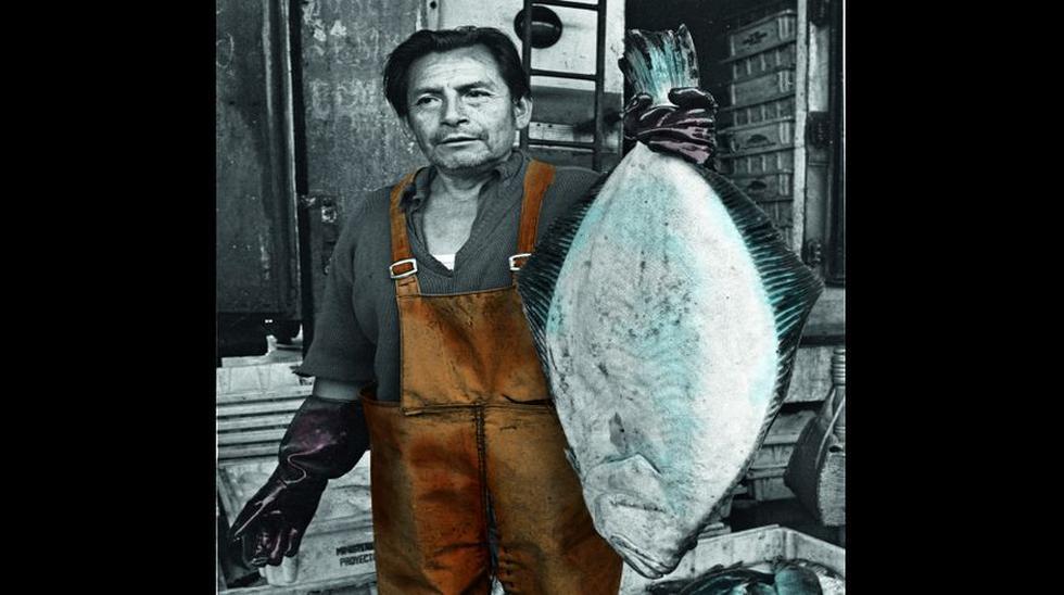 Un vendedor de pescado del mercado mayorista de La Parada sostiene un impresionante ejemplar de lenguado, tal como registró la sección Economía de EL COMERCIO en mayo de 1984.