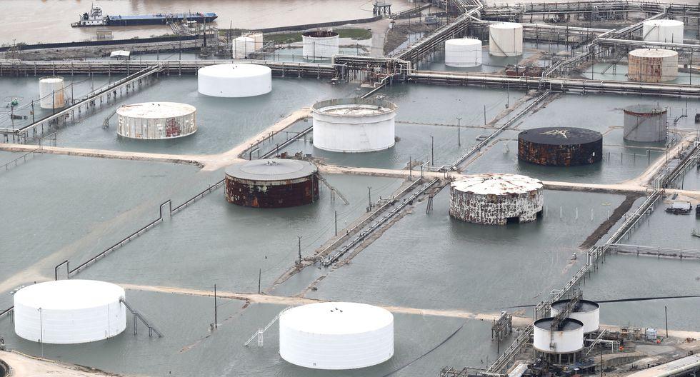 Las precipitaciones provocadas por Harvey han inundado una planta química en Houston, Texas. (AP)