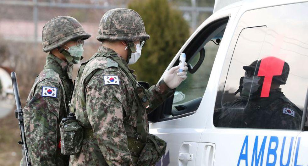 Soldados surcoreanos con máscaras en un puesto de control de una base militar en Daegu, Corea del SuR. (Foto: Reuters).