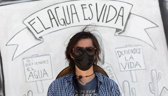 """Fotografía cedida por Global Witnes con fecha del 26 de julio de 2021 del activista Jesus Francisco Galaz, vocero de Mexicali Resiste, se para al frente de una pancarta con el lema """"El agua es vida"""". En Colombia y México defender el medioambiente se ha vuelto casi una sentencia de muerte: los dos países registran el número más alto de asesinatos de defensores ambientales en el mundo, con 65 y 30 homicidios en 2020, respectivamente, según un estudio publicado este lunes por Global Witness. (EFE)."""